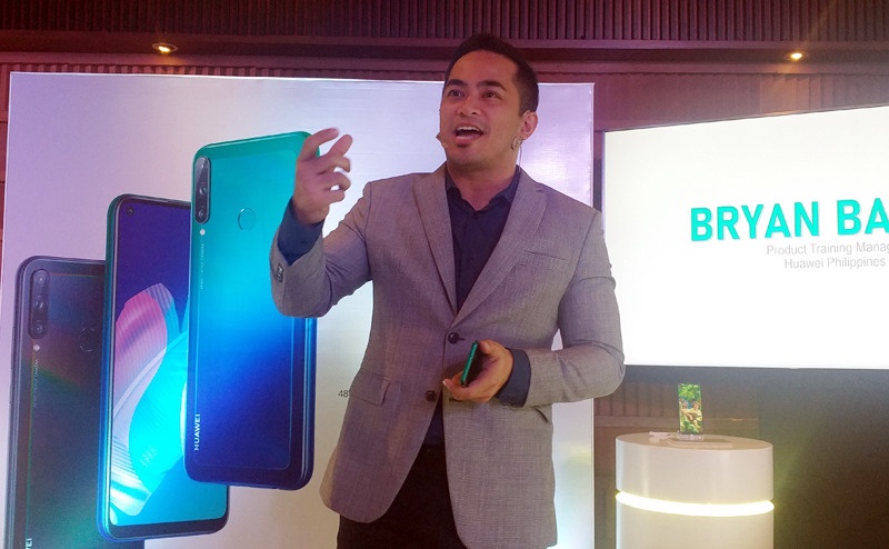 Huawei Philippines Product Training Manager, Bryan Baculi presents  the features Huawei Y7P