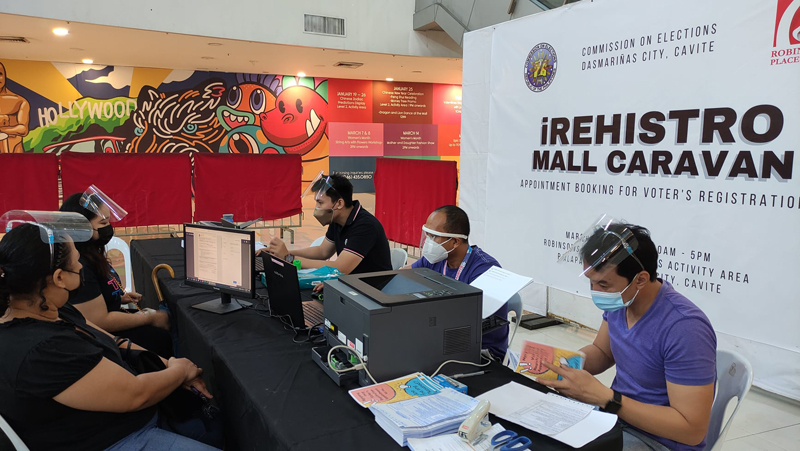 Comelec, in partnership with Robinsons Malls, sets up satellite voter registration booths nationwide to make the process more conveniently accessible to the public.  (Photos from Comelec/Facebook)