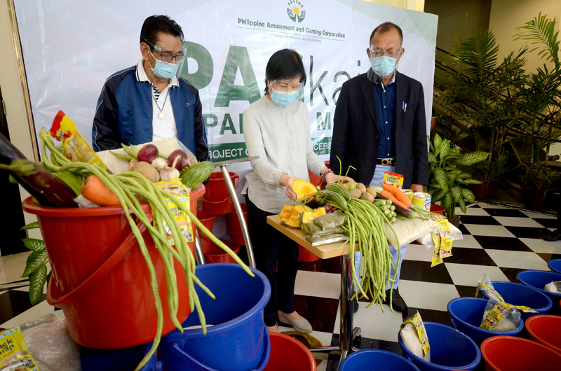 Philippine Amusement and Gaming Corp. chairperson Andrea Domingo and Dir. Rene Concordia leads the distribution of goods and vegetables to selected barangays in Metro Manila on Tuesday.