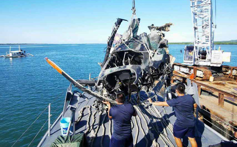 Personnel of the Philippine Navy and Philippine Air Force conduct salvage operations for the ill-fated PAF helicopter that crashed off Jandayan Island in Bohol. NAVSOU-5