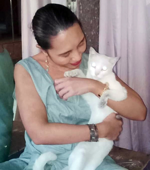 Noemi Pitargue and her cat