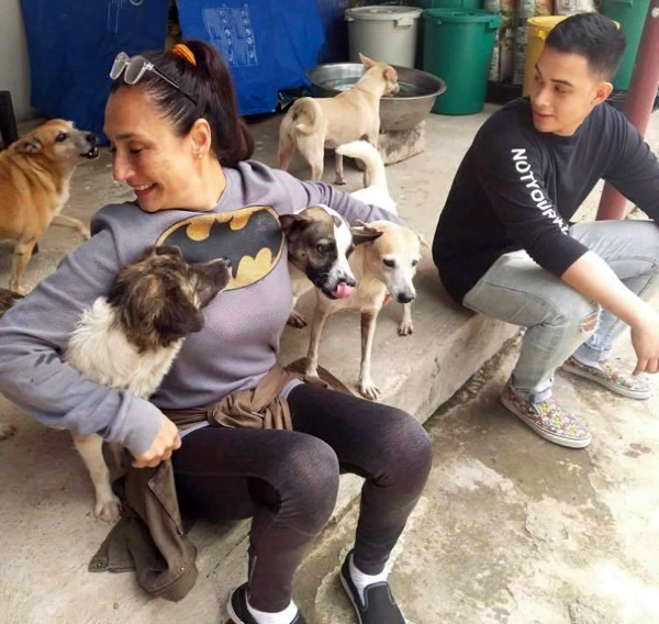 Teresa and son Diego Loyzaga  visited  rescued dogs in a shelter in Laguna. The dogs  took to her so well and wanted to be hugged by her. Look at those smiling faces.