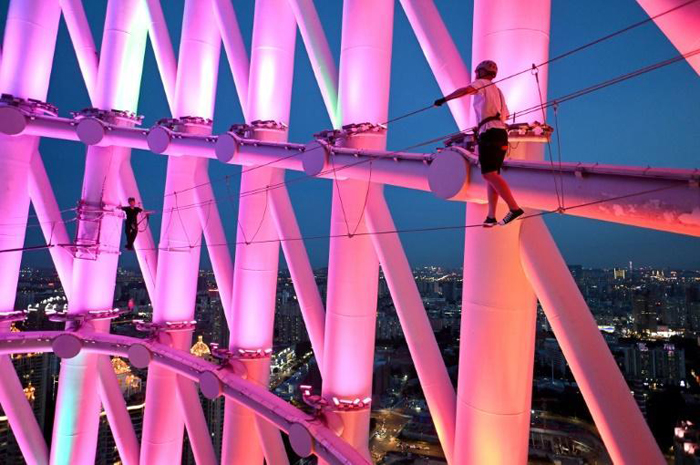 Adventure-lovers defy gravity on tallest Chinese TV tower